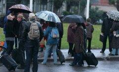 К президенту Латвии с чемоданами явились около ста человек